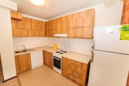 Кухня. Черногория, Будва : Апартамент с большой гостиной, двумя спальнями и балконом