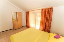 Спальня. Черногория, Будва : Апартамент с большой гостиной, двумя спальнями и балконом