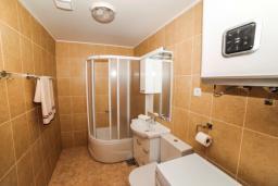 Ванная комната. Черногория, Будва : Апартамент с большой гостиной, двумя спальнями и балконом
