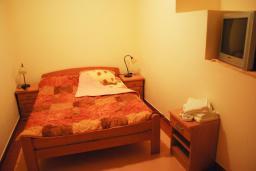 Спальня. Черногория, Рафаиловичи : Апартамент №201 с отдельной спальней