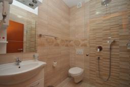 Ванная комната. Черногория, Рафаиловичи : Студио №701 с видом на море