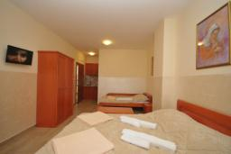 Спальня. Черногория, Рафаиловичи : Студио №701 с видом на море