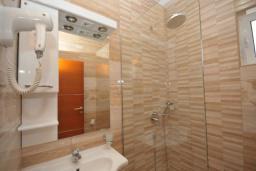 Ванная комната. Черногория, Рафаиловичи : Студио №704 с боковым видом на море