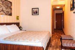 Спальня. Черногория, Рафаиловичи : Апартамент №20 с отдельной спальней и видом на море (APP 02+2 SV)