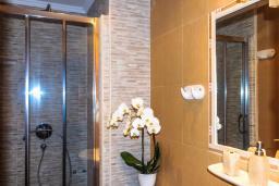 Ванная комната. Черногория, Рафаиловичи : Апартамент №24 с отдельной спальней и видом на море (APP 02+2 SV)
