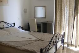 Спальня. Черногория, Рафаиловичи : Апартамент с отдельной спальней