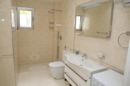 Ванная комната. Черногория, Рафаиловичи : Апартамент с отдельной спальней и видом на море (APP 04 SV)