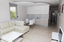 Гостиная. Черногория, Рафаиловичи : Апартамент с двумя спальнями и видом на море (APP 06 SV)