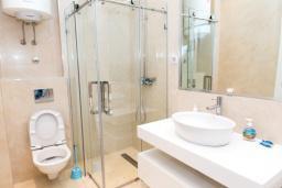 Ванная комната. Черногория, Рафаиловичи : Апартамент с тремя спальнями и видом на море (GRANDE APP 08 SV)