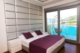 Спальня. Черногория, Рафаиловичи : Апартамент с тремя спальнями и видом на море (GRANDE APP 08 SV)