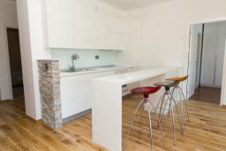 Кухня. Черногория, Рафаиловичи : Апартамент с тремя спальнями и видом на море (GRANDE APP 08 SV)