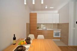 Кухня. Черногория, Котор : Апартамент в 20 метрах от пляжа, с гостиной, отдельной спальней и террасой