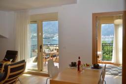 Гостиная. Черногория, Котор : Апартамент в 20 метрах от пляжа c балконом и видом на море, с гостиной, 3-мя спальнями и 2-мя ванными комнатами