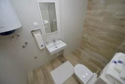 Ванная комната. Черногория, Котор : Апартамент в 20 метрах от пляжа c балконом и видом на море, с гостиной, 3-мя спальнями и 2-мя ванными комнатами