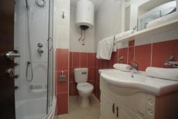 Ванная комната. Черногория, Будва : Апартамент с отдельной спальней и балконом с частичным видом на море (№600 APP 04+1)