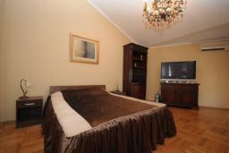Спальня. Черногория, Будва : Апартамент с отдельной спальней и балконом с частичным видом на море (№600 APP 04+1)