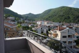 Балкон. Черногория, Будва : Апартамент с отдельной спальней и балконом с частичным видом на море (№600 APP 04+1)