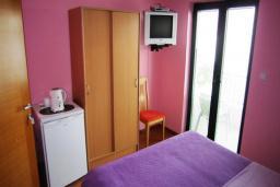 Спальня. Черногория, Будва : Двухместный номер с балконом (№5 DBL)
