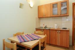 Кухня. Черногория, Будва : Апартамент на мансарде с отдельной спальней (№11 AP P04)