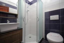 Ванная комната. Черногория, Будва : Двухместный номер с балконом (A10 DBL)