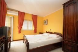 Спальня. Черногория, Будва : Двухместный номер с балконом (A10 DBL)