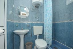 Ванная комната. Черногория, Чань : Четырехместный номер