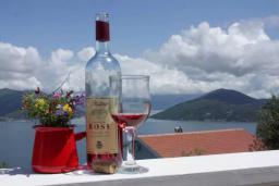 Вид на море. Черногория, Герцег-Нови : Вилла с бассейном и шикарным видом на море, большая гостиная, 3 спальни, 3 ванные комнаты, дворик, парковка, Wi-Fi