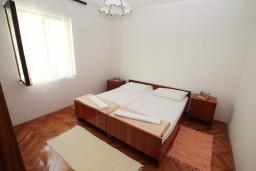 Спальня. Черногория, Будва : Апартамент на первом этаже с двумя спальнями и террасой