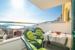Балкон. Черногория, Игало : Дуплекс апартамент в 100 метрах от пляжа, с тремя спальнями и двумя балконами с видом на море