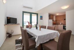 Обеденная зона. Черногория, Игало : Дуплекс апартамент в 100 метрах от пляжа, с тремя спальнями и двумя балконами с видом на море