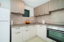 Кухня. Черногория, Игало : Дуплекс апартамент в 100 метрах от пляжа, с тремя спальнями и двумя балконами с видом на море