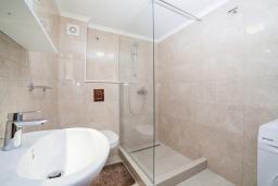 Ванная комната. Черногория, Игало : Дуплекс апартамент в 100 метрах от пляжа, с тремя спальнями и двумя балконами с видом на море