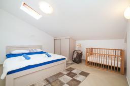 Спальня. Черногория, Игало : Дуплекс апартамент в 100 метрах от пляжа, с тремя спальнями и двумя балконами с видом на море