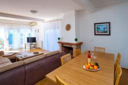 Обеденная зона. Черногория, Добра Вода : 3-х этажный дом в Добра Вода, площадью 450м2 с 7-ю спальнями, с 4-ю ванными комнатами, с 2-мя большими гостиными, с большим бассейном, с террас открывается шикарный вид на море, с местом для барбекю