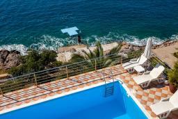 Бассейн. Черногория, Добра Вода : 3-х этажный дом в Добра Вода, площадью 450м2 с 7-ю спальнями, с 4-ю ванными комнатами, с 2-мя большими гостиными, с большим бассейном, с террас открывается шикарный вид на море, с местом для барбекю
