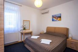 Спальня 2. Черногория, Добра Вода : 3-х этажный дом в Добра Вода, площадью 450м2 с 7-ю спальнями, с 4-ю ванными комнатами, с 2-мя большими гостиными, с большим бассейном, с террас открывается шикарный вид на море, с местом для барбекю