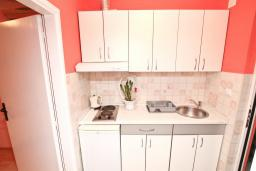Кухня. Черногория, Игало : Апартамент с отдельной спальней, с террасой, 20 метров до моря