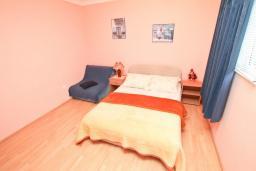 Спальня. Черногория, Игало : Апартамент с отдельной спальней, с террасой, 20 метров до моря