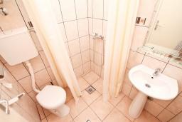 Ванная комната. Черногория, Игало : Апартамент с отдельной спальней, с террасой, 20 метров до моря