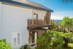 Фасад дома. Черногория, Герцег-Нови : Шикарная вилла с видом на море и в 100 метрах от пляжа, 3 спальни, 2 ванные комнаты, джакузи, зеленый дворик, Wi-Fi
