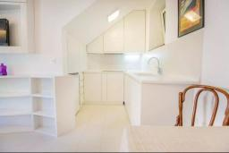 Кухня. Черногория, Герцег-Нови : Шикарная вилла с видом на море и в 100 метрах от пляжа, 3 спальни, 2 ванные комнаты, джакузи, зеленый дворик, Wi-Fi
