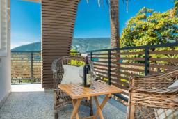 Балкон. Черногория, Герцег-Нови : Шикарная вилла с видом на море и в 100 метрах от пляжа, 3 спальни, 2 ванные комнаты, джакузи, зеленый дворик, Wi-Fi