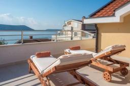 Терраса. Черногория, Герцег-Нови : Современная вилла с видом на море, 3 спальни, 2 ванные комнаты, зеленый дворик, парковка, Wi-Fi