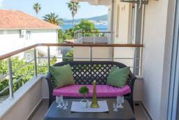 Балкон. Черногория, Дженовичи : Современный апартамент в 100 метрах от моря, с гостиной, двумя спальнями и балконом