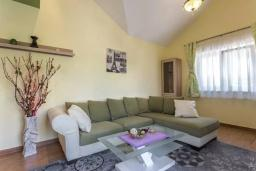 Гостиная. Черногория, Дженовичи : Современный апартамент в 100 метрах от моря, с гостиной, двумя спальнями и балконом