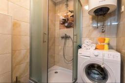 Ванная комната. Черногория, Дженовичи : Современный апартамент в 100 метрах от моря, с гостиной, двумя спальнями и балконом
