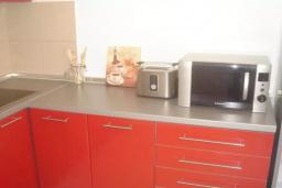 Кухня. Черногория, Прчань : Этаж дома с видом на море, гостиная, 2 спальни, бассейн, парковка, Wi-Fi