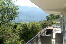 Балкон. Черногория, Прчань : Этаж дома с видом на море, гостиная, 2 спальни, бассейн, парковка, Wi-Fi