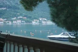 Вид на море. Черногория, Прчань : Этаж дома с видом на море, гостиная, 2 спальни, бассейн, парковка, Wi-Fi