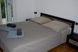 Спальня 2. Черногория, Прчань : Этаж дома с видом на море, гостиная, 2 спальни, бассейн, парковка, Wi-Fi